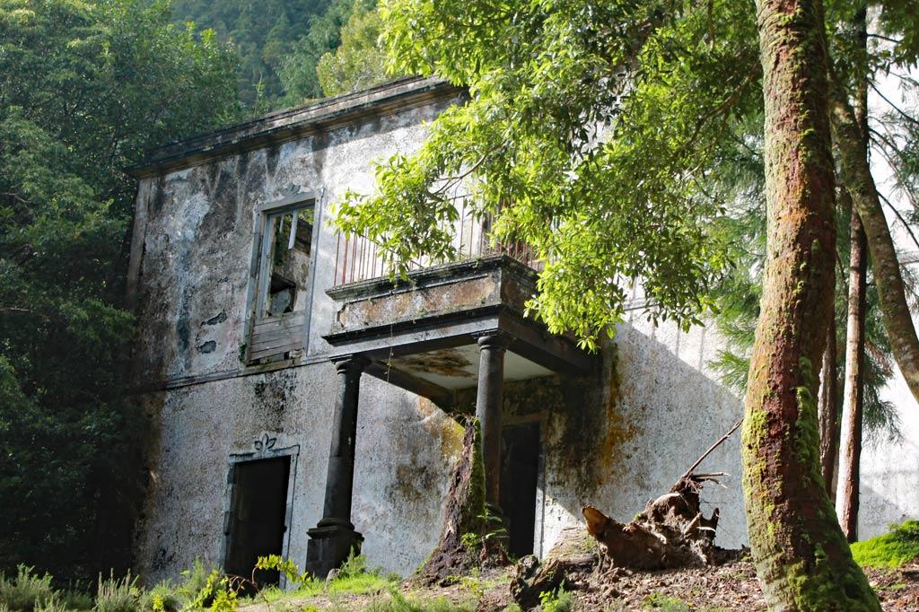 Azoren Paradies: Die Fassade, zu der eine Freitreppe führt, lässt den einstigen Wohnluxus noch erahnen. Allein der Bau des Hauses muss ein Vermögen verschlungen haben, denn die Strecke zum Weg unten am Seeufer ist steil und noch recht weit.