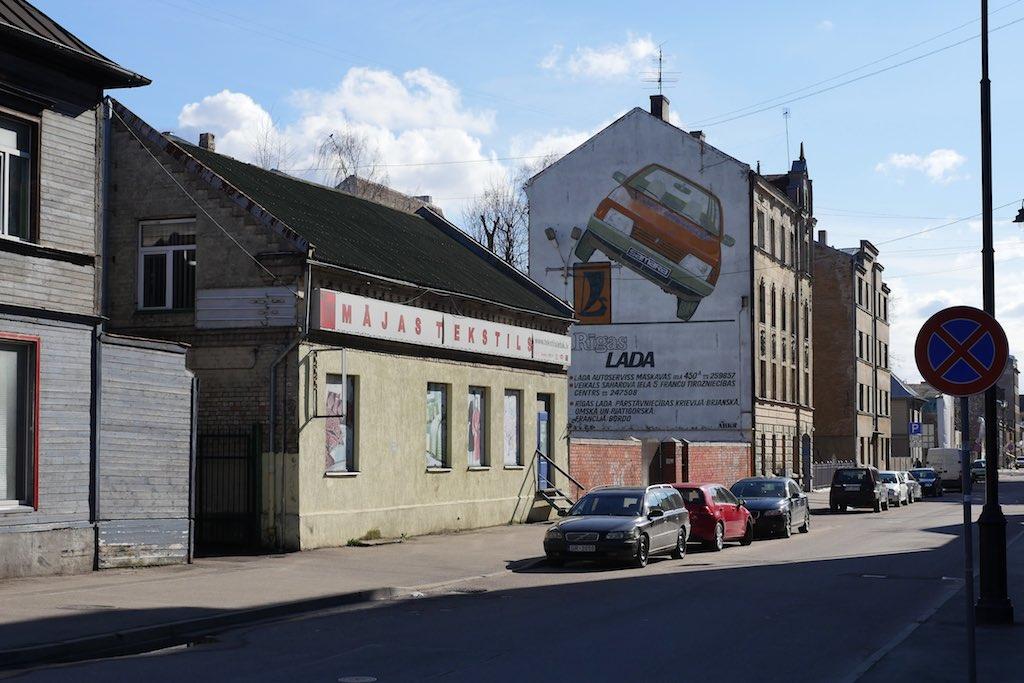 Holzhaus in Riga hinter einer Kunststoff-Verschalung.