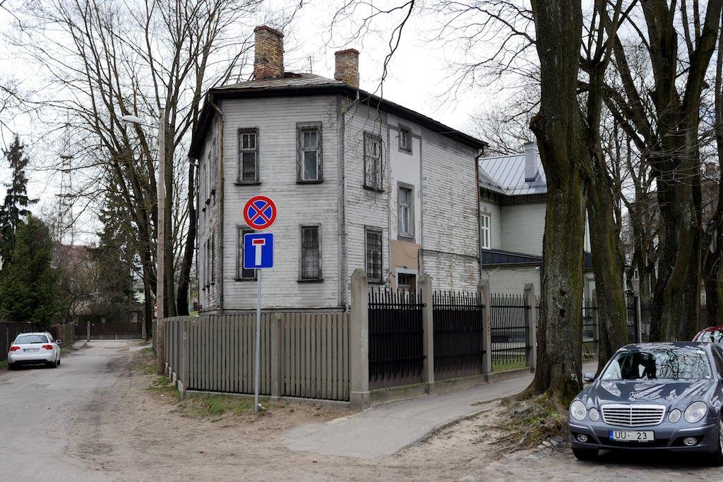 Holzhaus auf fünfeckigem Grundriss.