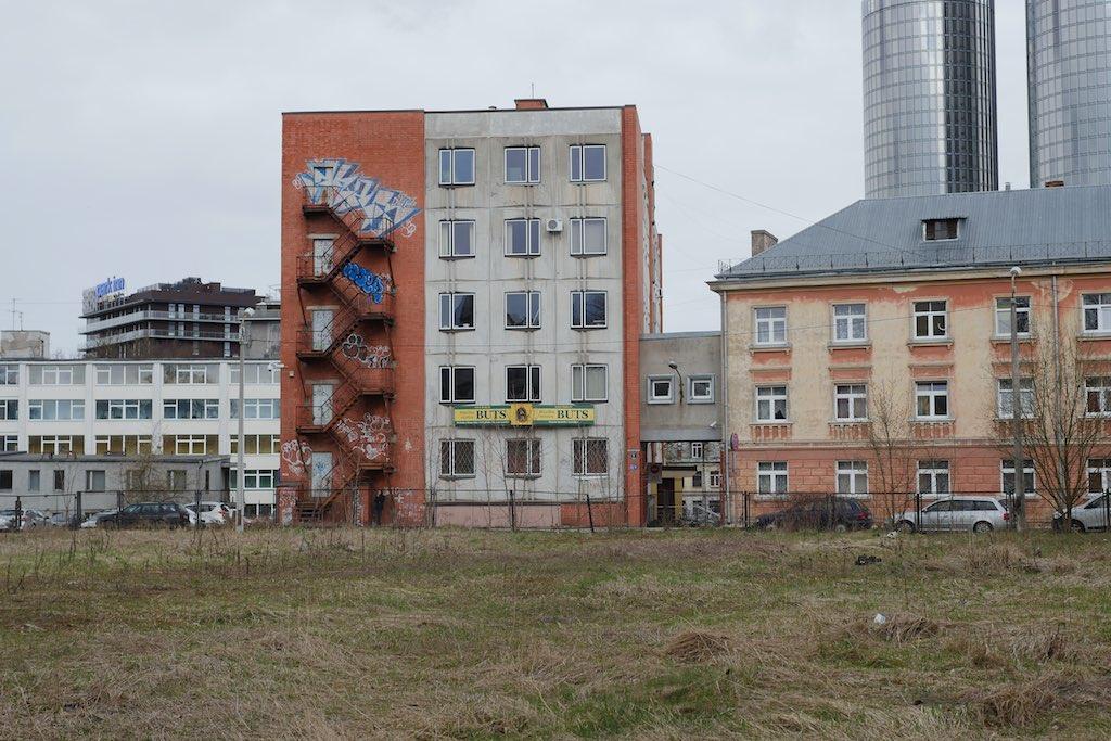 Ein sowjetischer Plattenbau und moderne Bürotürme in Riga.