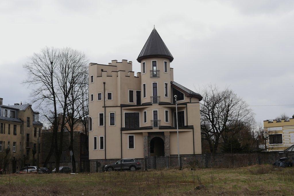 Moderne Architektur in Form eines Schlosses.