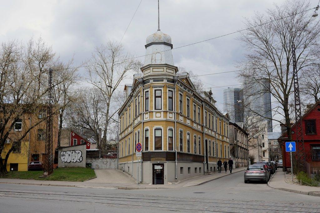 Ein gelbes Echhaus mit Türmchen. Eines der vielen Holzhäuser in Riga..