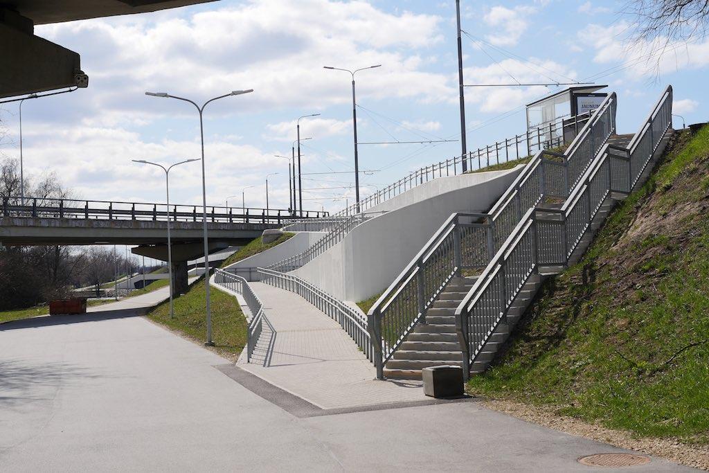 Eine Treppe hinauf zu einer Schnellstraße im Urban Sprawl.