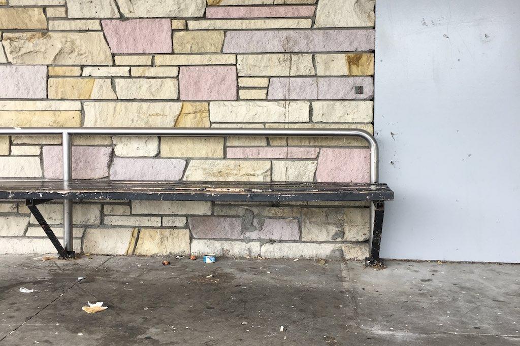 Wand aus Kunststeinen.