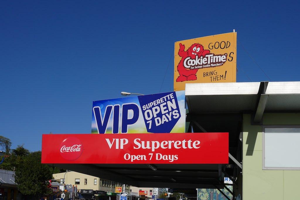 Details von bunten Werbetafeln aus Kawakawa in Neuseeland.