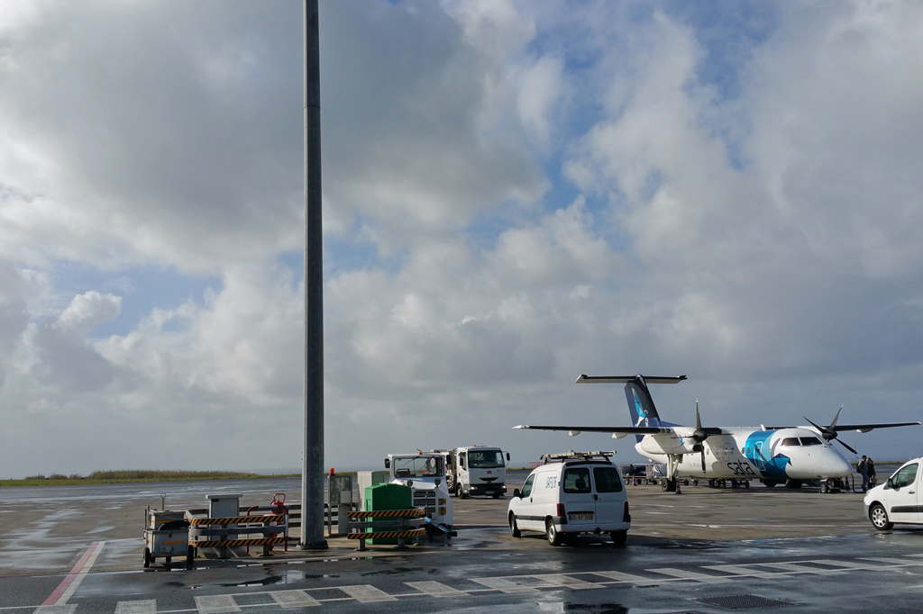 Azoren: Gleich hinter dem Rollfeld liegt das Meer: Viel Himmel am Flughafen der Hauptstadt Ponta Delgada