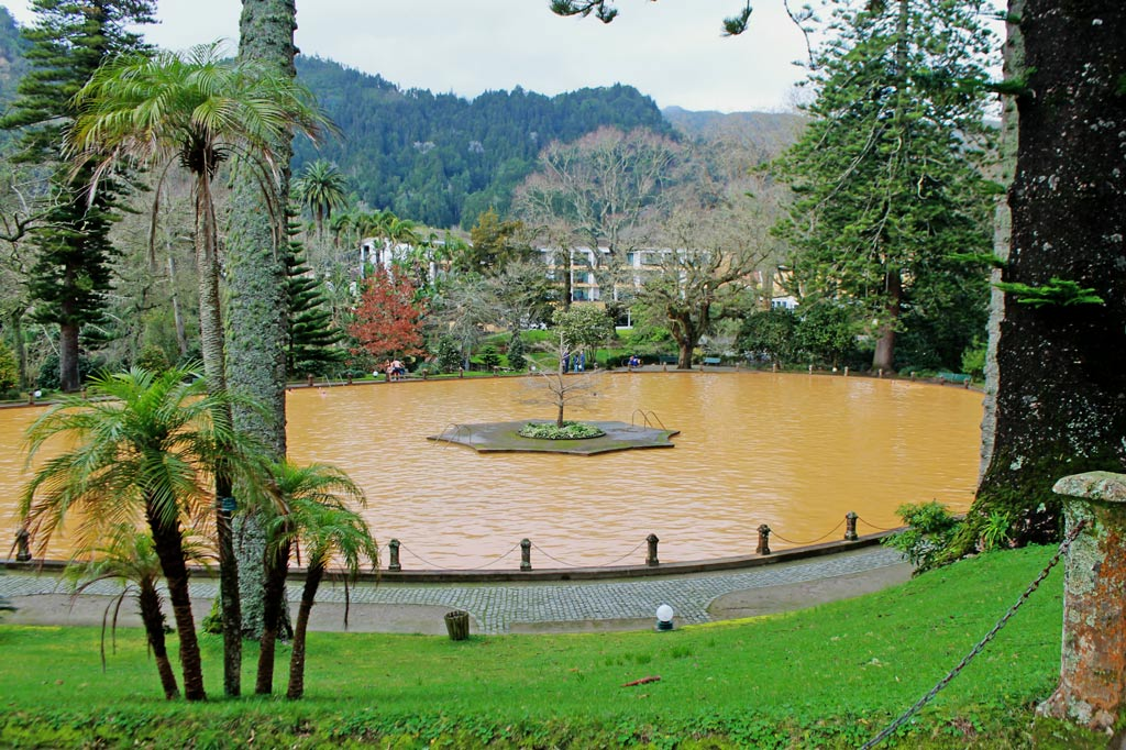 39 Grad warm ist das Wasser im großen Becken von Furnas. Die trübe Färbung kommt von dem hohen Eisengehalt. Der Park um das Bassin gehört zu den schönsten auf den ganzen Azoren.