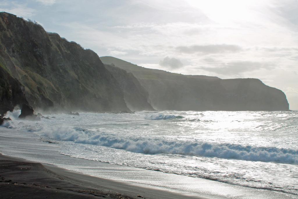 Azoren: Nur an wenigen Stellen hat der Atlantik Strände aus der Steilküste ausgewaschen. Hier schäumt er über schwarzen Lavasand.