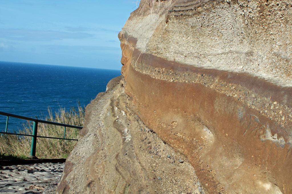 Azoren: Wind und Wetter nagen an der Küste, deren Geologie sich liest wie ein Buch.