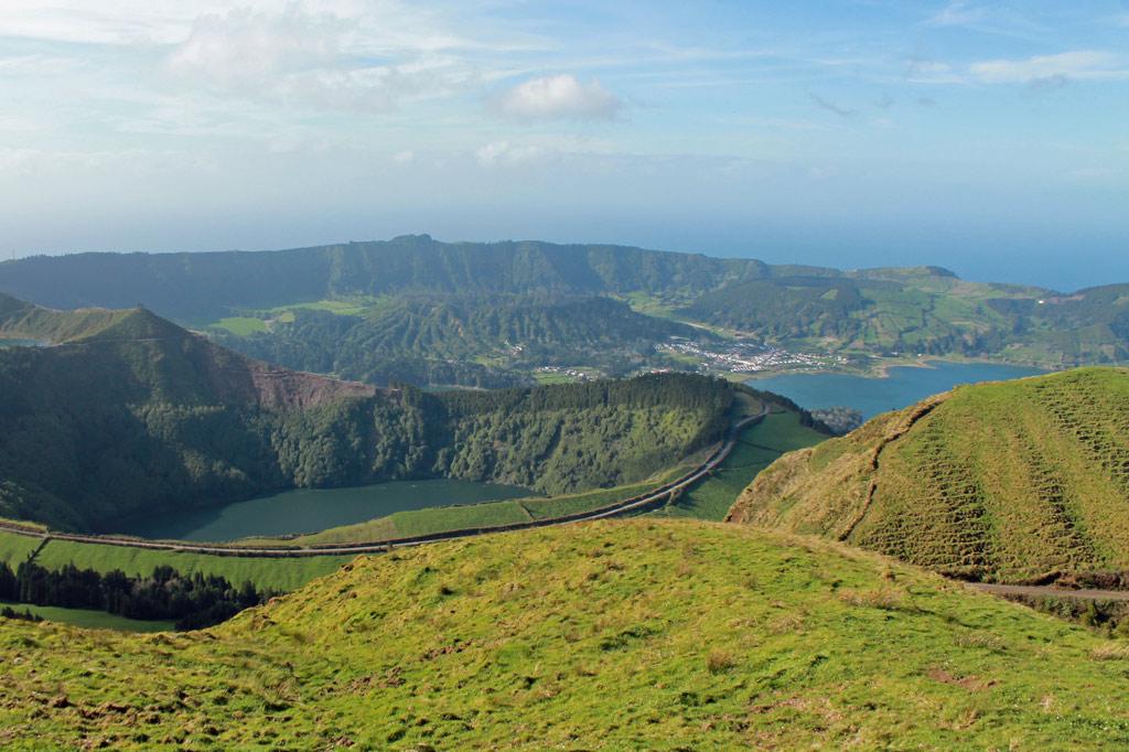 Azoren: Wie ein Smaragd im blauen Ozean: Blick über die Kraterseen von Sete Cidades