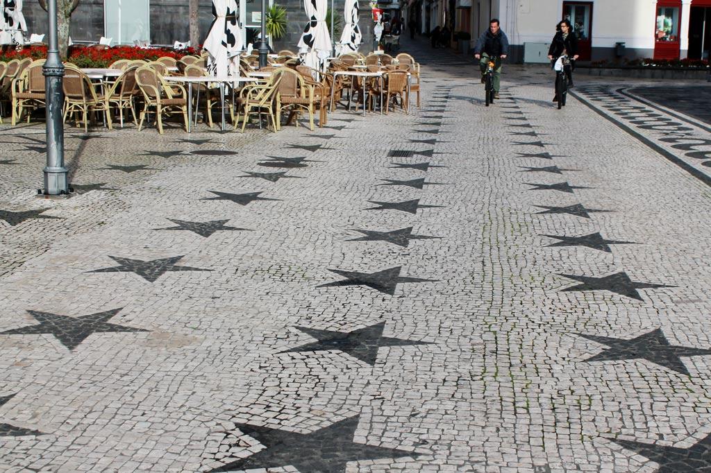 Azoren: Allein in die Gestaltung des Straßenpflasters wird in Ponta Delgada viel Aufwand gesteckt. Orte wie Rabo de Peixe wirken dagegen wie eine verarmte Banlieue.