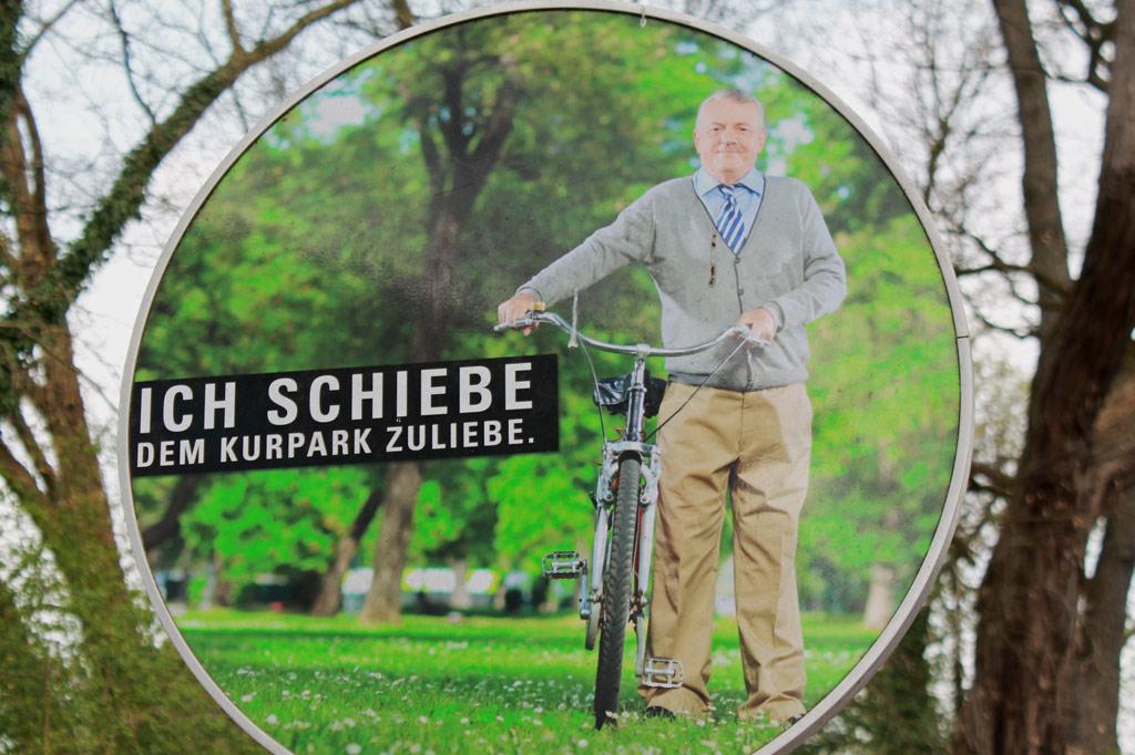 Hier hat alles seine Ordnung. Im Kurpark ist Radfahren nicht erwünscht. Der Herr auf dem Schild entspricht der Hauptzielgruppe von Bad Sassendorf.