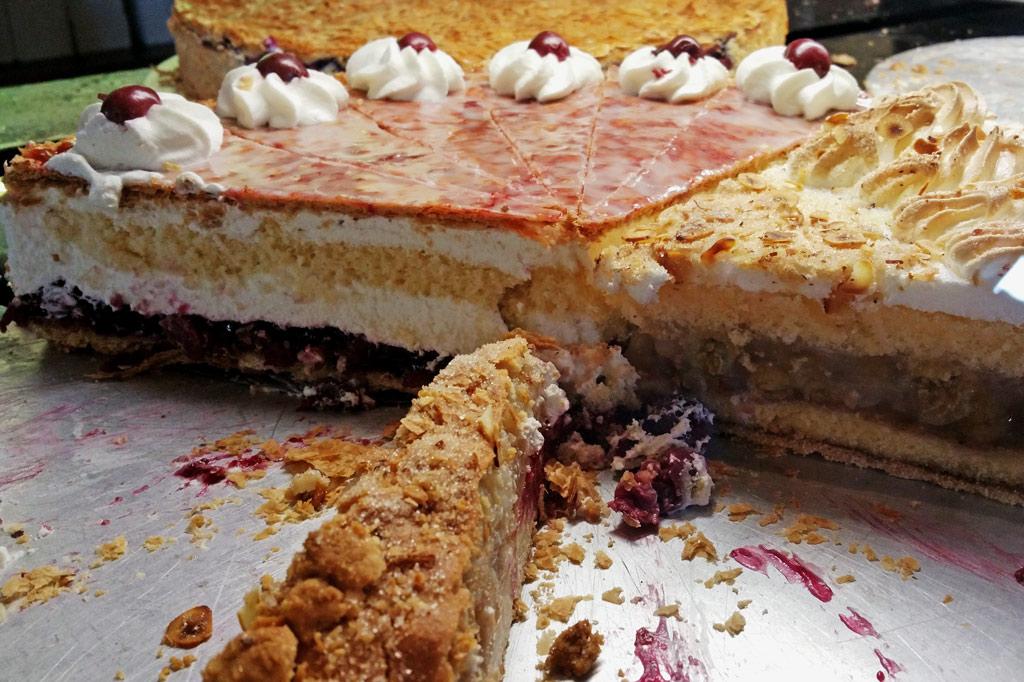 Bad Sassendorf: Hier wurde schon kräftig abgeräumt. Die Länge der Stücke beträgt deutlich mehr als eine Kuchengabel. Und dies sind noch recht bescheidene Torten. Ein Schichtkuchen etwa ist doppelt so hoch. Zwei davon machen den Teller voll.