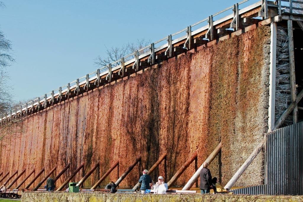 Salz spielt in Bad Sassenburg eine wichtige Rolle. Im Kurpark steht dieses Gradierwerk. An den Schwarzdornzweigen, die seine Wände bilden, rieselt natürliches Solewasser herab. Durch die Verdunstung erhöht sich der Salzgehalt des Wassers.