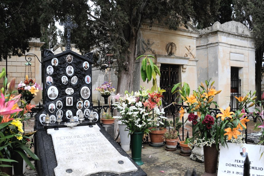 Ein Grab auf einem Friedhof.