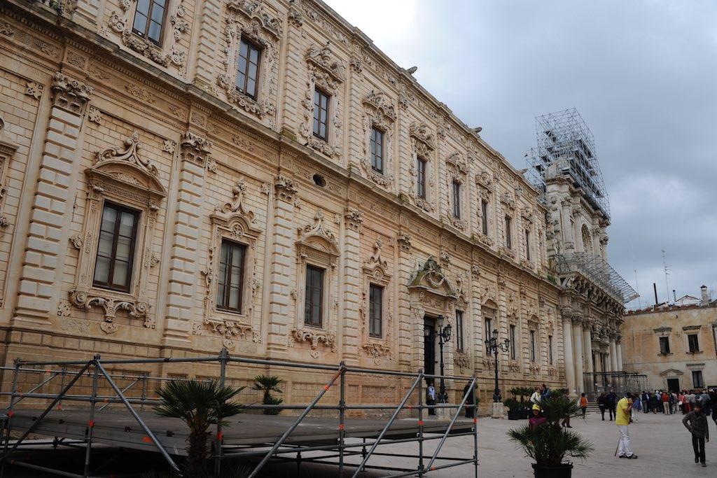 Die barocken Fassaden von Lecce sind mit Pfeiler und Gesimsen gegliedert.