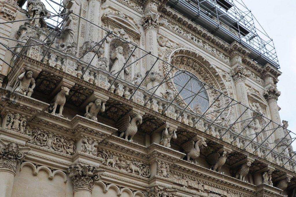 Fassade der Basilika Santa Croce in Lecce, ein Beispiel für Barockarchitektur.