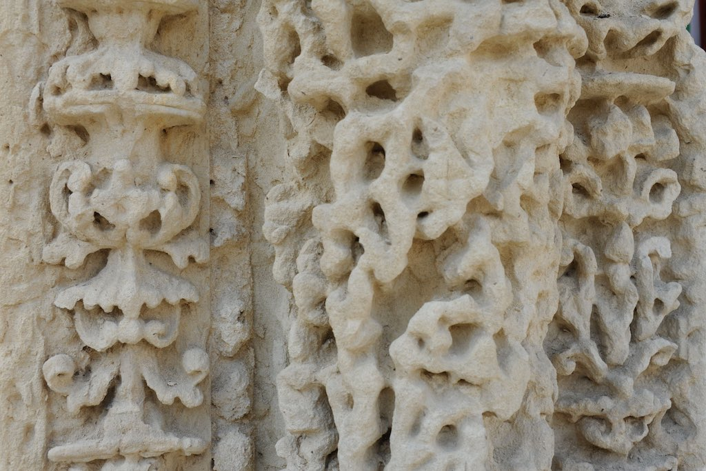 Der weiche Kalkstein von Lecce bietet saurem Regen ideale Ansatzfläche. Der Kalk zerbröselt zu Kalk und lässt im Stein Löcher zurück.