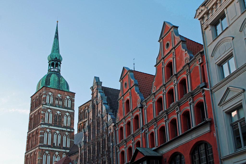 Stralsund: Häuser in der Mühlenstraße am Alter Markt. Im Hintergrund die Türme der Ratskirche St. Nikolai