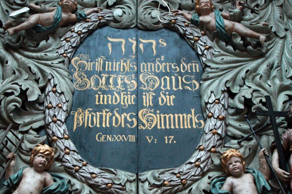 """Stralsund: Selbstbewusster geht's kaum: """"Hier ist die Pforte des Himmels"""", heißt es über dem Portal der 1276 erstmals erwähnten Pfarrkirche St. Nikolai direkt hinter dem Rathaus."""
