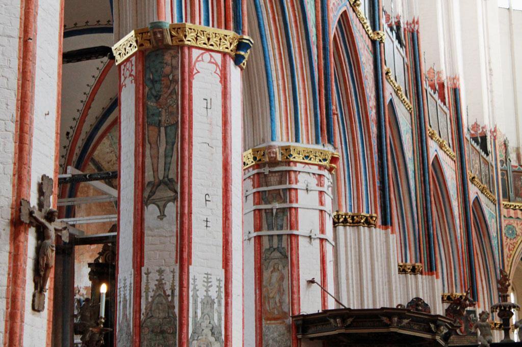 Stralsund: Ganz schön bunt: Die Säulenbögen von St. Nikolai zeigen die ganze Prachtentfaltung der Bürgerstadt zur Hansezeit.
