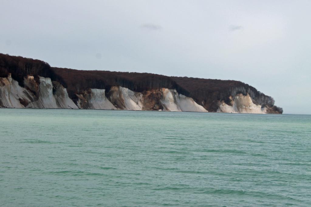 Stralsund: Kein Wunder, dass dieser Anblick Maler inspirierte. Mit etwas Fantasie könnten die Felsen auch Gletscher sein. Zum Glück sind die Temperaturen nicht ganz so arktisch, auch wenn uns der Wind kräftig um die Nase weht.