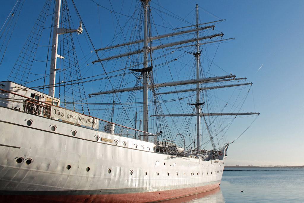 Stralsund: Windjammerflair an der Fährbrücke im Stralsunder Hafen. Die Gorch Fock I – Baujahr 1933, gesunken am 30. April 1945, zwei Jahre später gehoben und wiederhergerichtet für den Dienst in der sowjetischen Marine, 2003 zurückgekauft – ist nicht zu verwechseln mit der 1958 gebauten Gorch Fock II.