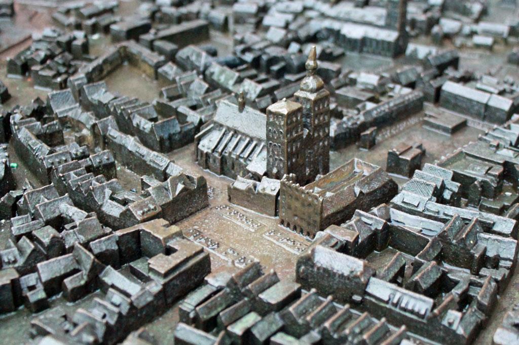 Das Stadtmodell zeigt eine mittelalterliche Stadt. Tatsächlich sieht Stralsund noch fast genauso aus. Natürlich wurde da ein bisschen nachgeholfen – der Zweite Weltkrieg hat viel zerstört. Die noch nicht geschlossenen Baulücken füllen meist Parkplätze.