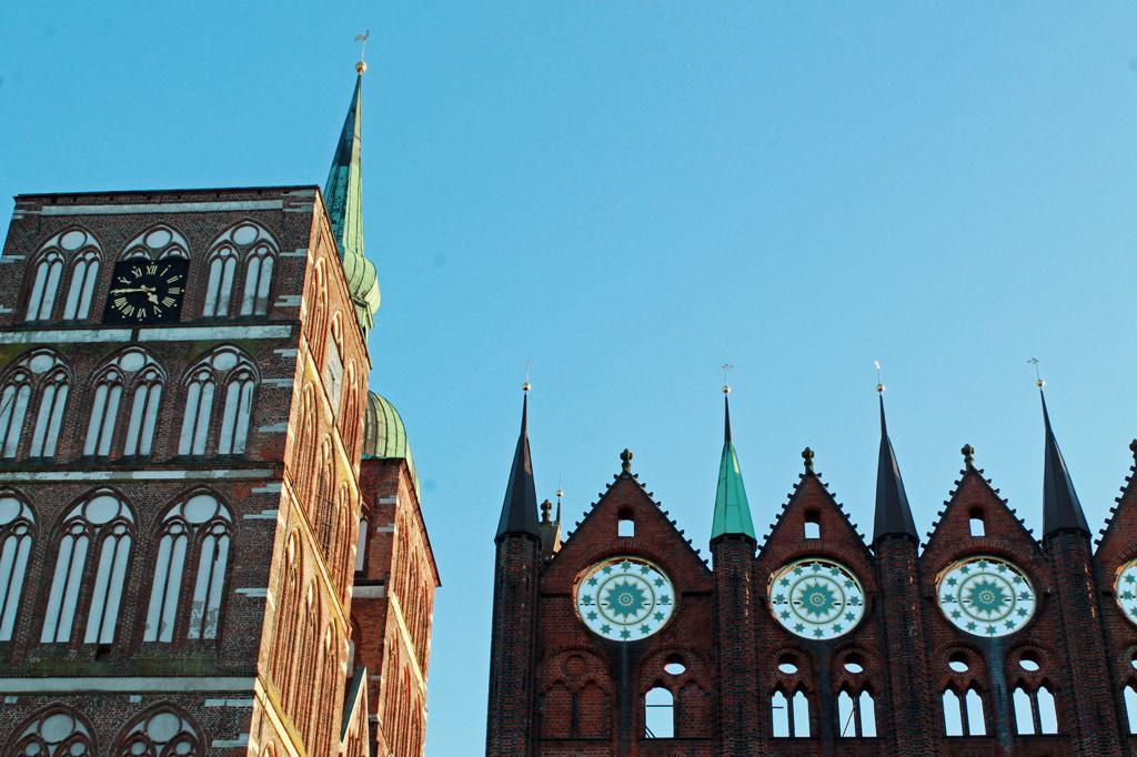 Rathaus und Nikolaikirche sind bis heute die zentralen Prestigebauten der Hansestadt Stralsund.
