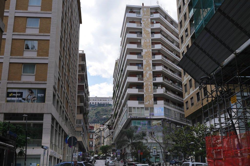 Moderne Architektur zu besichtigen gehört zu den Neapel Tipps.