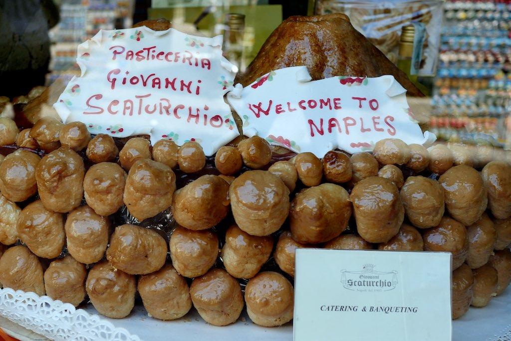 Caffe trinken im Café Scaturchio ist ein toller Neapel Tipp.