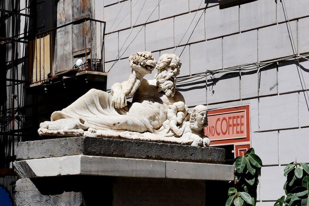 Die Marmor-Statue des Nils auf der Piazza Nilo mitten in der Altstadt von Neapel.