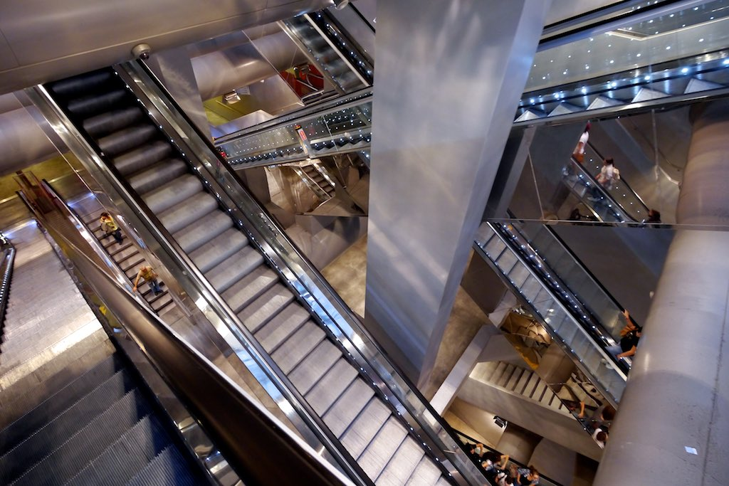 Blick in den Rolltreppenschat einer Metro Station in Neapel