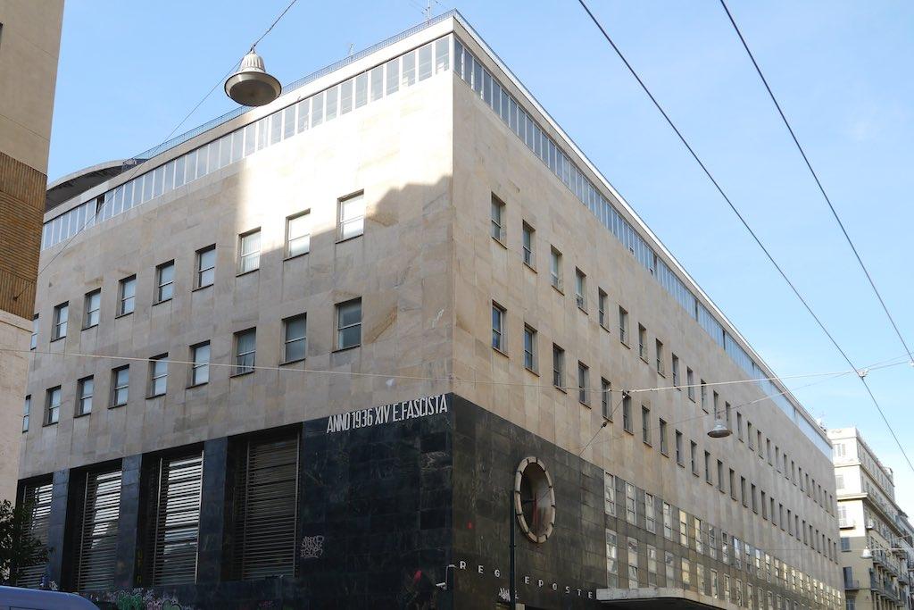 Ecke des Palazzo della Posta in Neapel mit der Inschrift: Jahr 1936, 14. Jahr des Faschistischen Zeitalters.