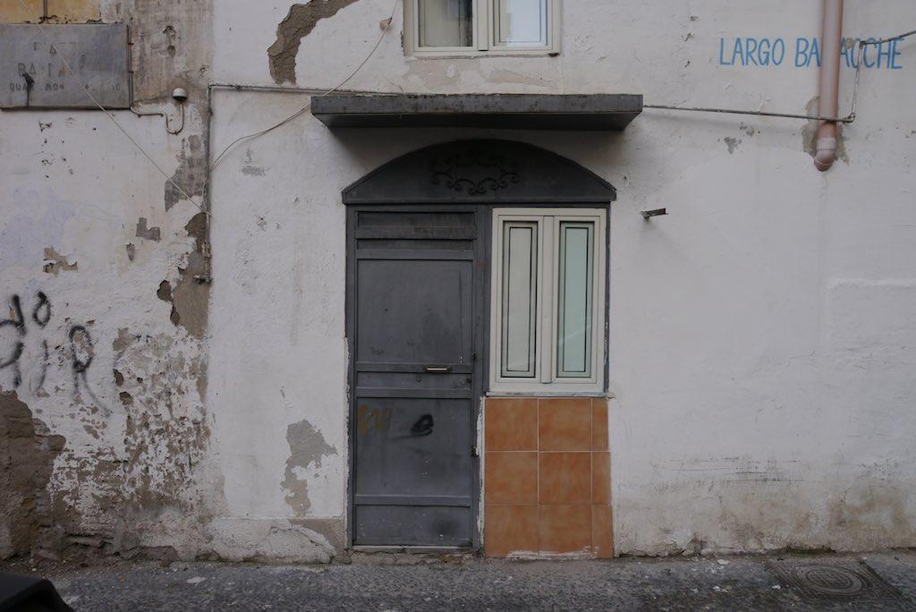 Hauseingang in eine Bassi-Wohnung im spanischen Viertel.