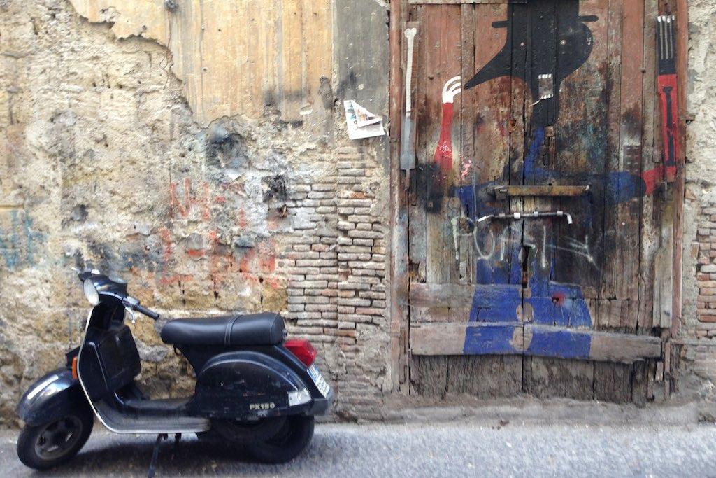 Hauswand in einem Altstadt Viertel von Neapel.