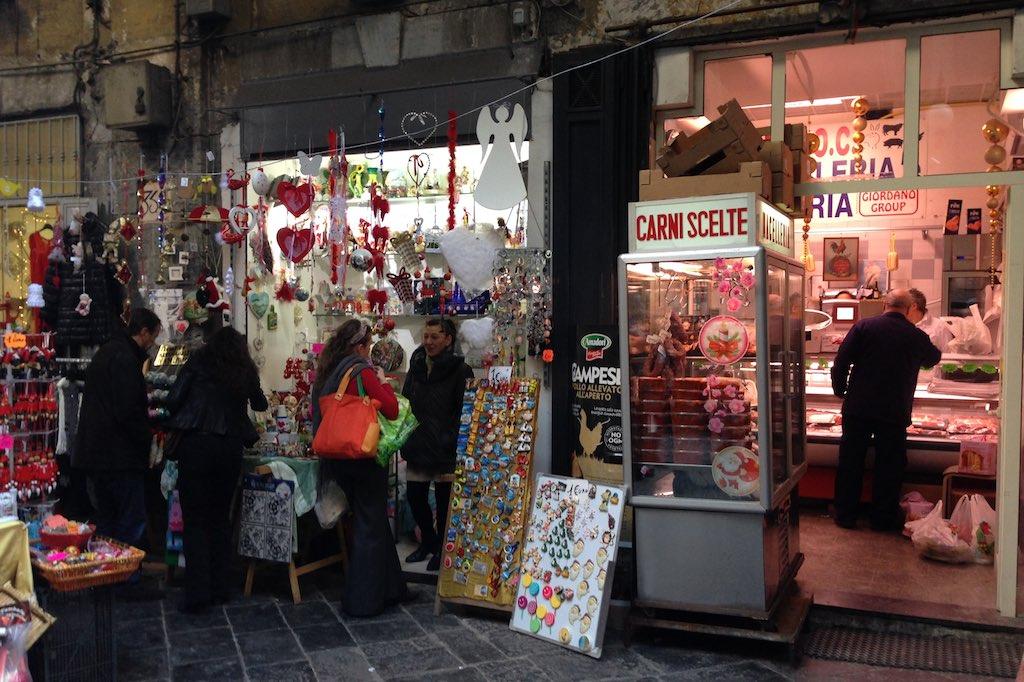 Läden auf dem Spaccanapoli.