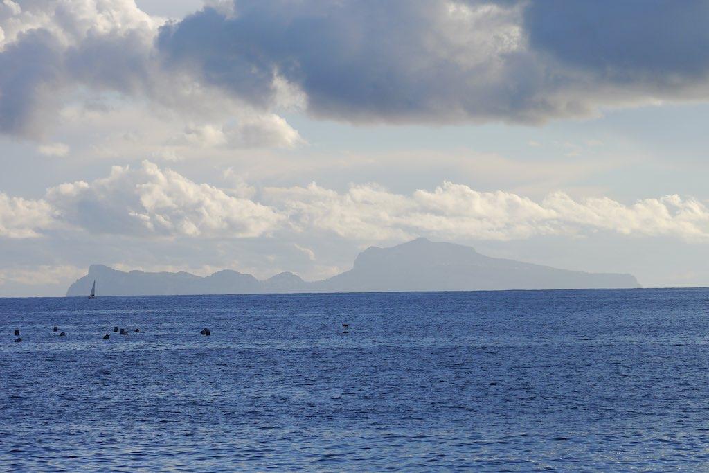 Blick über den Golf von Neapel auf die Insel Capri.