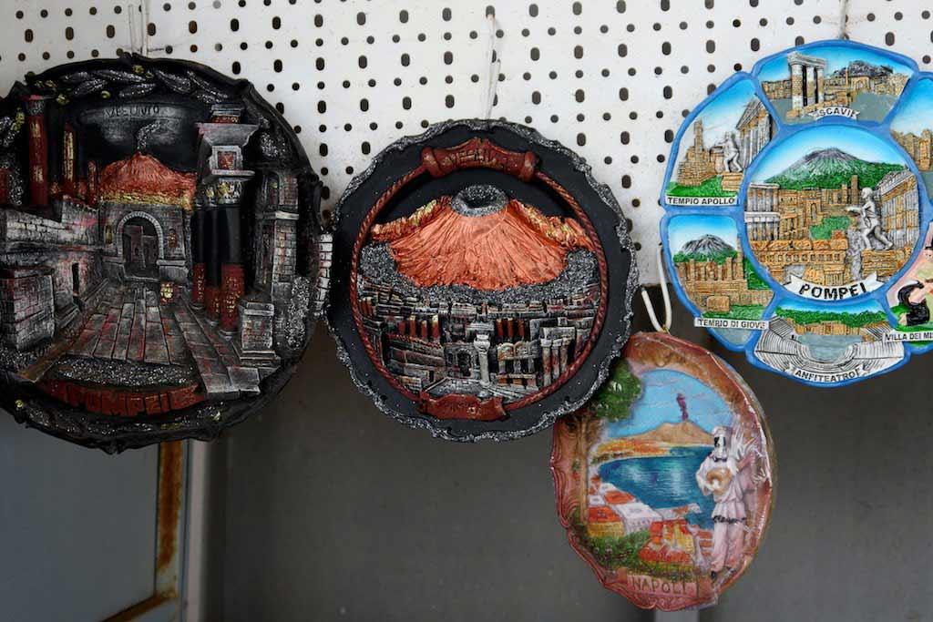 Kitschige Teller: Souvenirs vom Vulkan Vesuv.