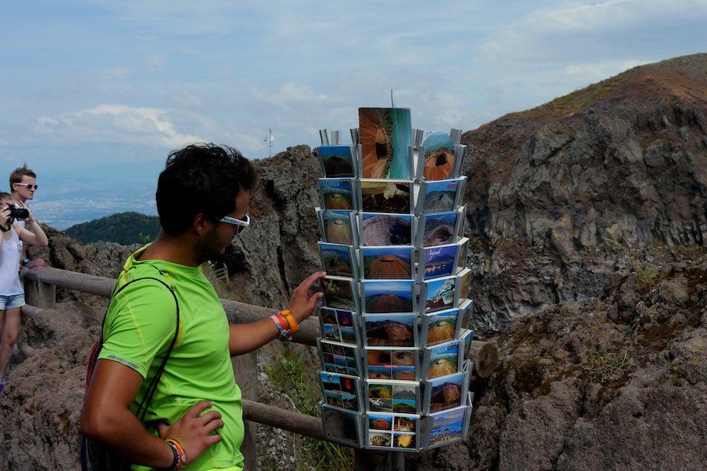 Ein Ständer mit Postkarten am Krater des Vesuvs