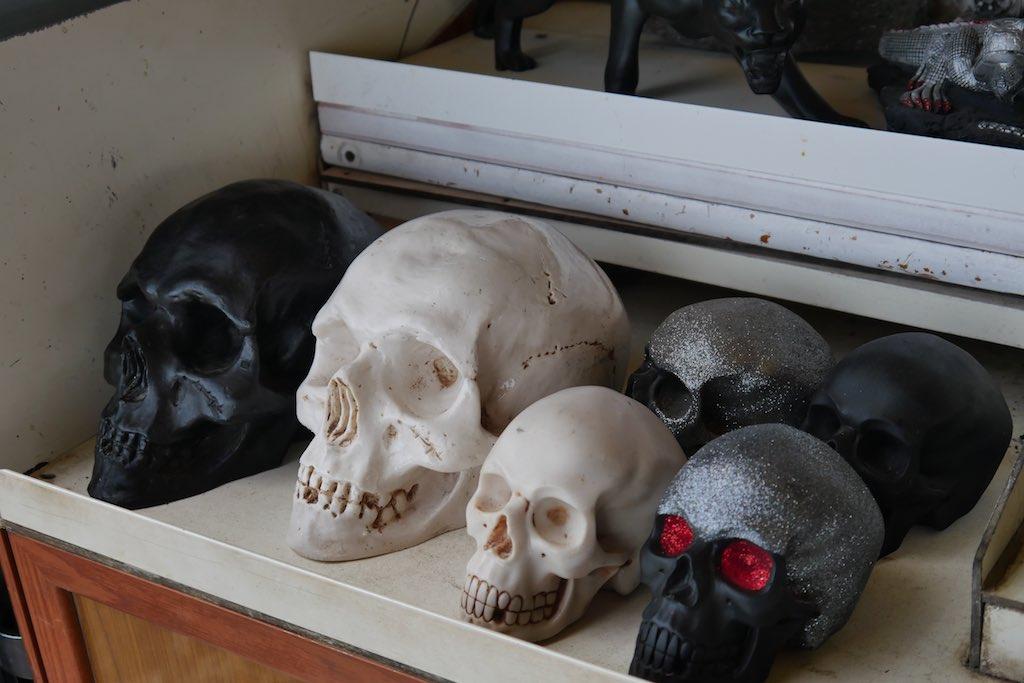 Totenköpfe in einem Regal.