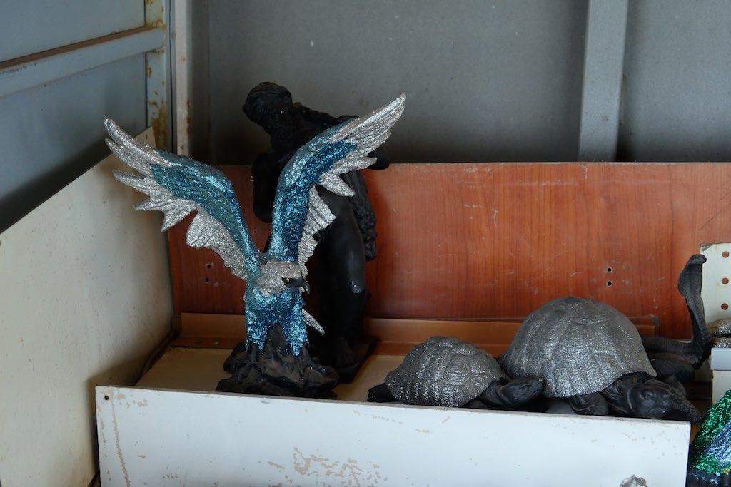 Figuren von Adlern und Schildkröten in einer Kiste am Vesuv.