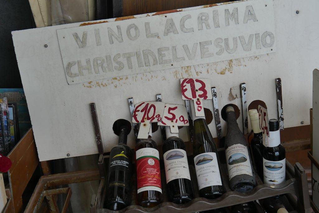 Flaschen mit Lacrima Christi Wein vom Vesuv