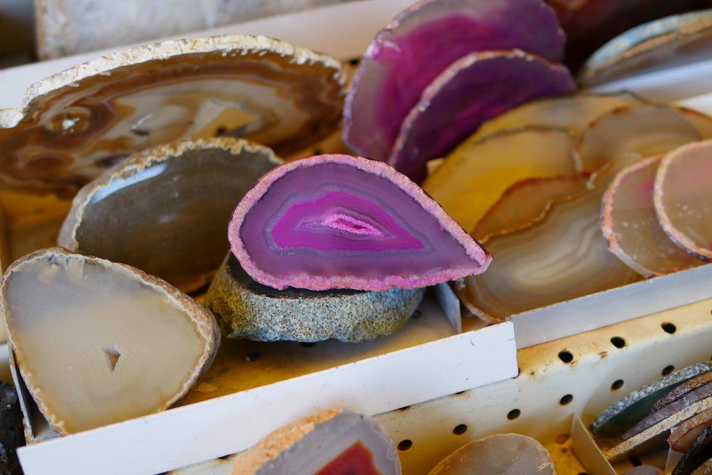 Aufgeschnittene und gefärbte Mineralien als Vulkan Souvenir.