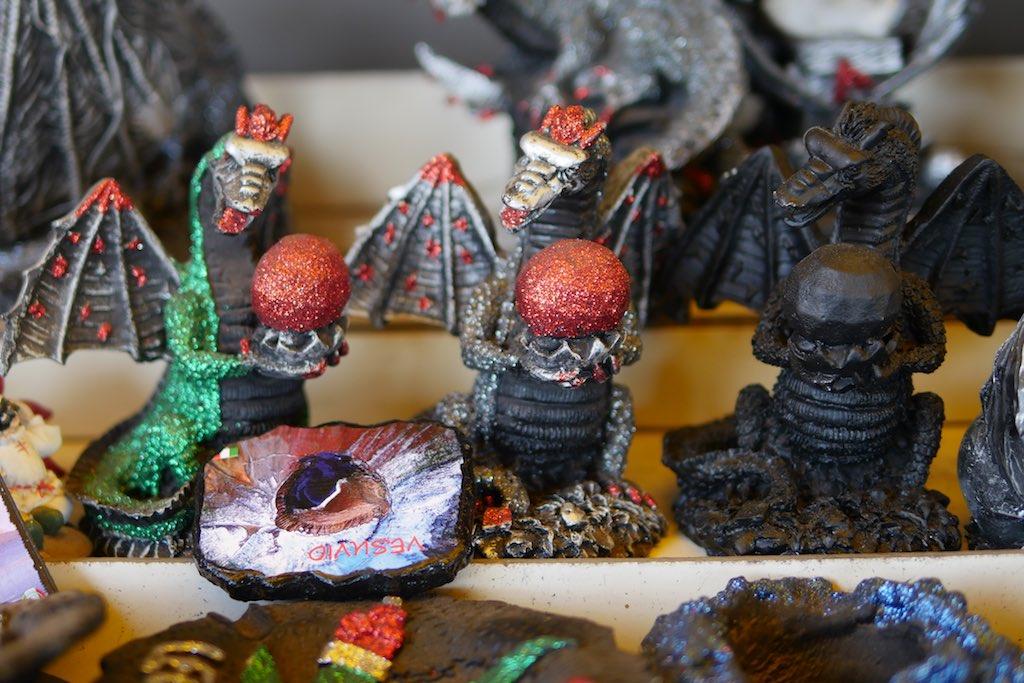 Kleine Rachenfiguren aus vulkanischer Lava.