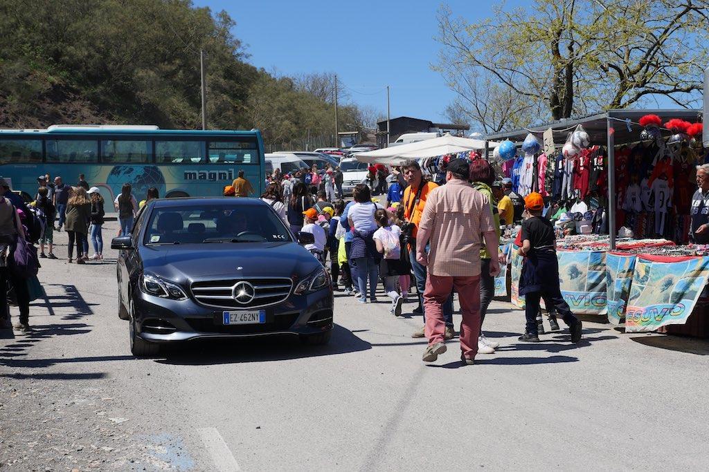 Der Parkplatz am Vesuv überfüllt mit Autos und Bussen.
