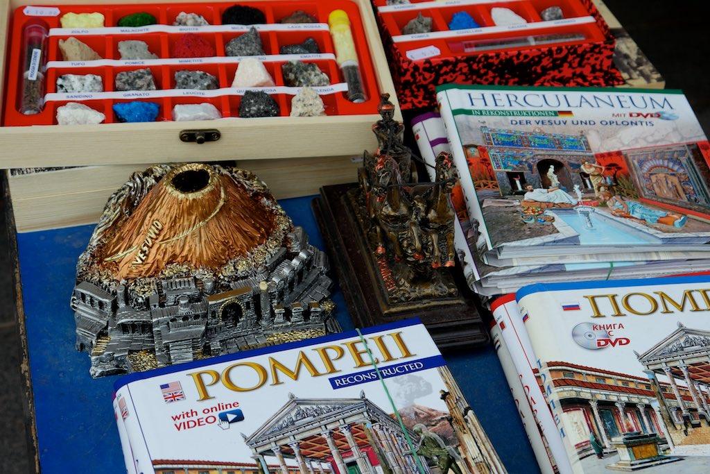 Auslagen eines Souvenir Ladens auf dem Vesuv.