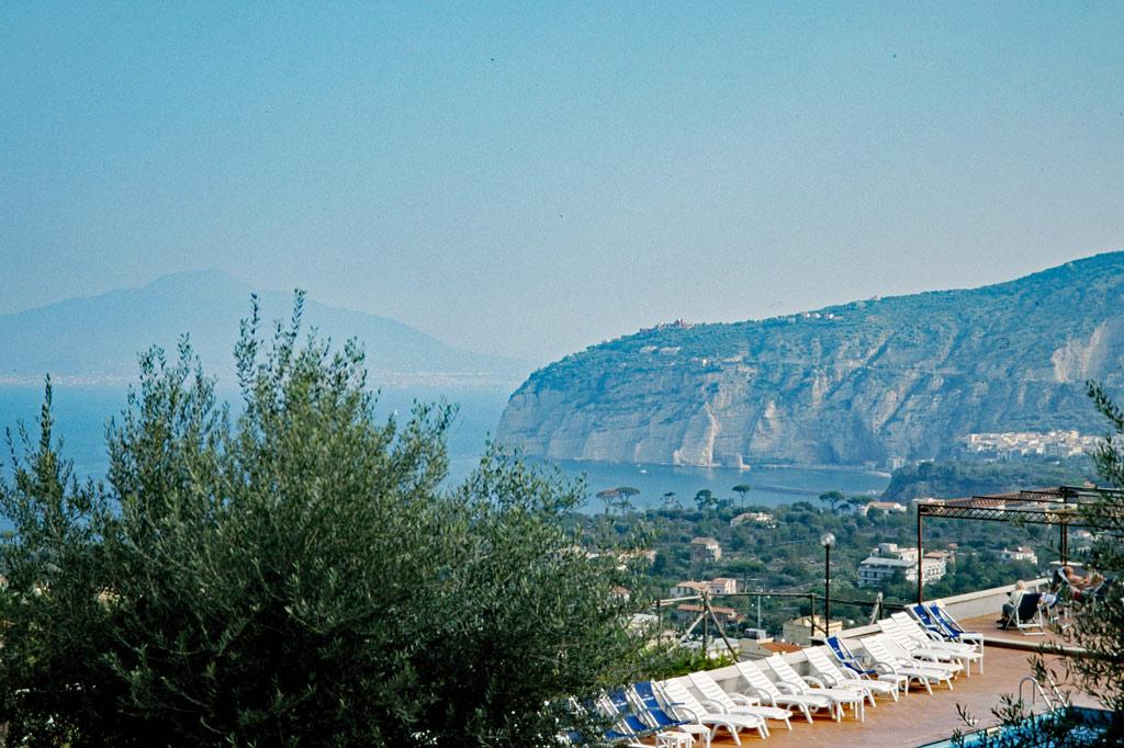 """Blick vom Hotel """"Gran Paradiso"""" auf die Sorrentiner Steilküste. Im Hintergrund – matt im Sommerdunst – erhebt sich der alles beherrschende Vesuv."""