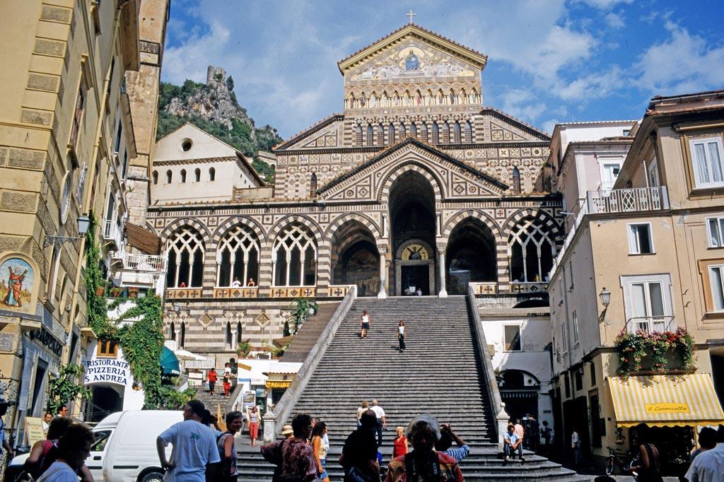 Gran Paradiso: Dass Amalfi einmal mehr war als ein Bilderbuch-Touristenort, zeigt sich an dem prächtigen Dom. Das Beste an ihm, den Kreuzgang im arabisch -normannischen Stil, sieht nur, wer sich die Mühe macht, die hohe Freitreppe zu erklimmen.