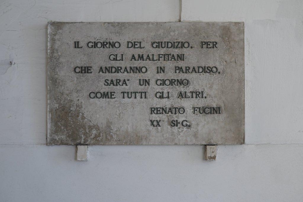 Tafel an einer Wand in Amalfi, auf die dieses Zitat geschrieben ist.